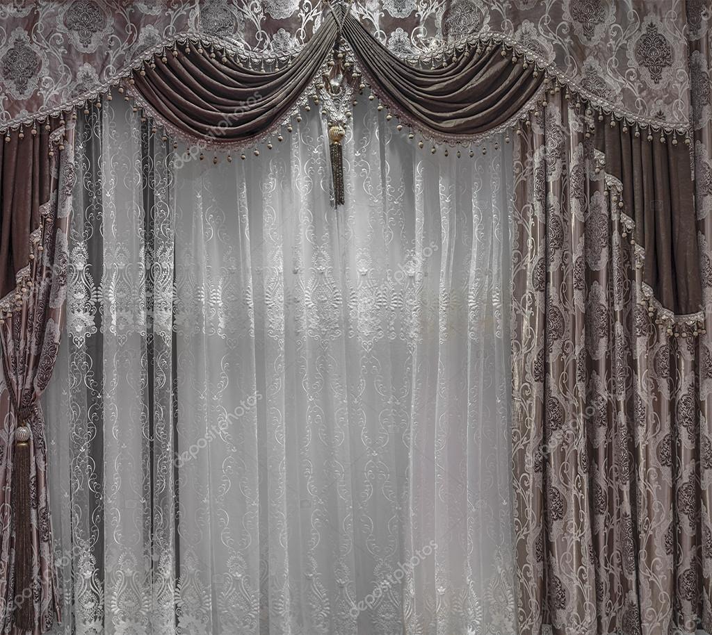 Luxe ontwerp van windows met bruine gordijnen, gordijnkast en ...