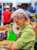 Old Woman on Roman Market — Stock Photo