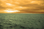 Krajina, pohled, moře, vlny, skály, kameny, slunce, pláž, dobrodružství dovolenou, slunce, slunce, mraky, obloha, zamračená obloha — Stock fotografie