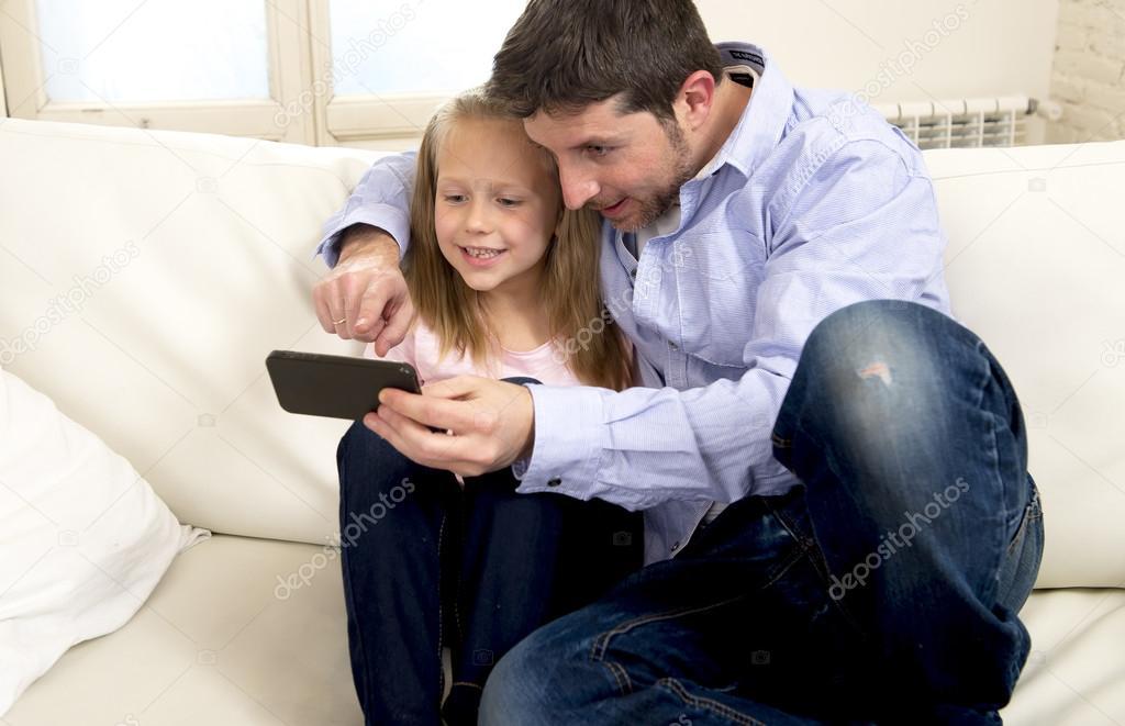Папа дочь на диване 2 фотография