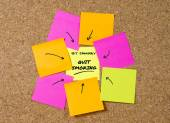 Yellow post it note on cork board and marker arrow as reminder of quit smoking — Stock Photo
