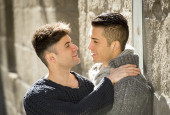 Young happy gay men couple kissing on street free homosexual love concept — Stock Photo