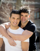 Young happy gay men couple cuddling on street free homosexual love concept — Stock Photo