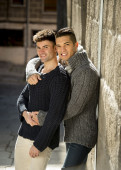 Junge glückliche Schwulen Paar auf Straße freie Homosexuelle Liebe-Konzept — Stockfoto