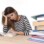 Młody podkreślił student dziewczyna studiuje i przygotowanie Mba test egzamin w stres zmęczony i ogarnia — Zdjęcie stockowe #65719863