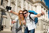 Mooie vrienden toeristische paar een bezoek aan Spanje in vakantie studenten uitwisseling selfie foto — Stockfoto