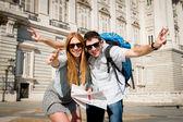 Mooie vrienden toeristische paar op vakantie studenten uitwisseling toerisme concept — Stockfoto