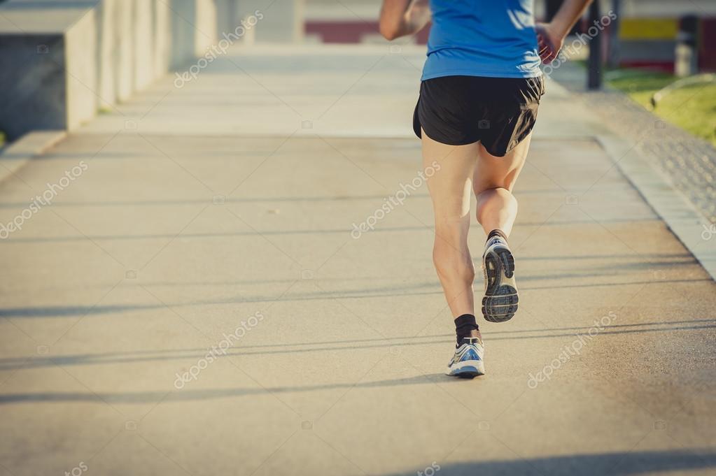 Detrás de las piernas y zapatos de hombre atlético joven en entrenamiento  fitness verano \u2014 Foto