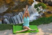 Practicar yoga mujer — Foto de Stock