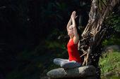 Praticando ioga mulher — Fotografia Stock