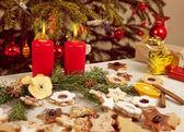 Vele kleurrijke koekjes en kaarsen voor de kerstboom — Stockfoto