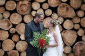 Wedding couple with wedding bouquet — Stock Photo