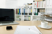 Bureau avec ordinateur portable et téléphone mobile — Photo