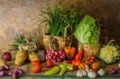 натюрморт овощи, травы и фрукты. — Стоковое фото