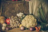 Natürmort sebzeler, otlar ve meyveler — Stok fotoğraf