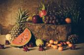 Bodegón con en la madera lleno de fruta. — Foto de Stock