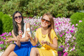 Happy women friends eating ice cream — Stock Photo