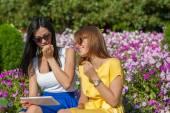 Söta flickor med tablet Pc — Stockfoto