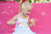 石鹸の泡との幸せな女の子 — ストック写真
