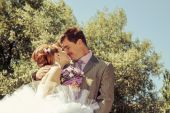 Bride and groom gentle kiss — Stock Photo