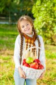 Dziewczynka gospodarstwa kosz jabłek — Zdjęcie stockowe