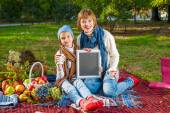 Happy mother with little daughter in autumn park — Foto de Stock