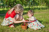 Mother and little daughter in garden — Stock Photo