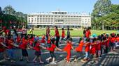 Extracurricular activity, kid visit Independence palace — Stock Photo