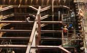 Trabalhador da construção civil vietnã trabalhando no site — Fotografia Stock