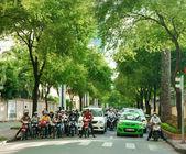 Asian city, green tree, Vietnamese street — Stock Photo