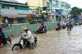 Vietnameser, översvämmade vattnet street — Stockfoto