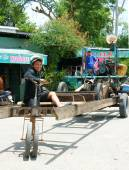 Asian man, unsafe vehicle renovate, danger circulate — Stock Photo