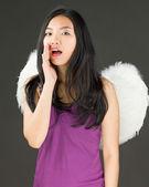 Lado del ángel de una mujer asiática joven que cubre su boca con su mano y susurrando — Foto de Stock