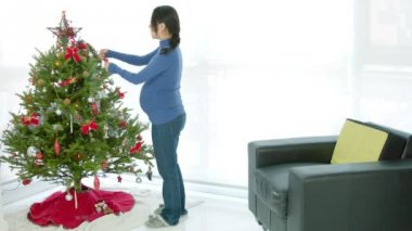 Pregnant woman ready for christmas — Stock Video