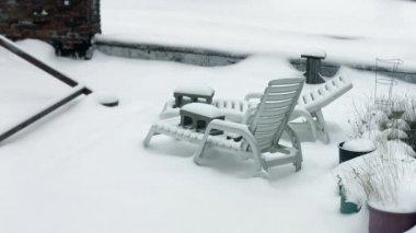 Sofa's in de sneeuw — Stockvideo