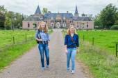 Dos chicas caminando del castillo — Foto de Stock