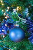 Blue Christmas bal opknoping in boom — Stockfoto