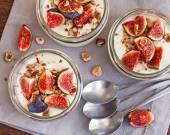 Yogurt topped with fresh figs and roasted hazelnuts — Stock Photo
