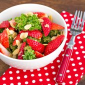 Kale and strawberry salad — Stok fotoğraf