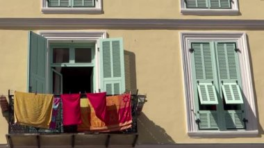Old house and hanging clothes in Menton close up — Stock Video