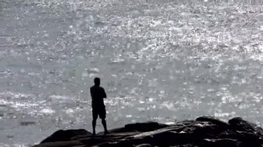 A man contemplating the great sea — Vídeo Stock
