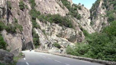 Bir dağ yolu üzerinde seyahat — Stok video