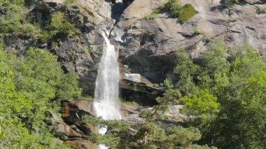 Alpine waterval — Stockvideo