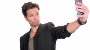 Ung man med en selfie — Stockvideo