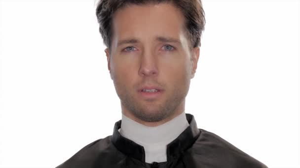 Retrato de sacerdote católico preocupado — Vídeo de stock