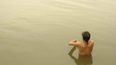 India, varanasi, man bathing in ganges river — Stock Video