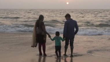 Happy indian family together hand in hand on alappuzha beach, march 2015 — Stock Video