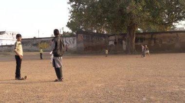 Varanasi, india, young boys playing cricket, march 2015. — Stock Video