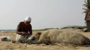 Kochi, south india. Fisherman mending net, march 2015 — Stock Video