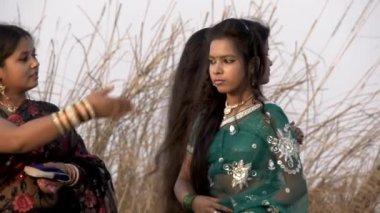 Hintli genç kadın Varanasi şehir, çevresinde Ganj Nehri yakınında Mart 2015 — Stok video